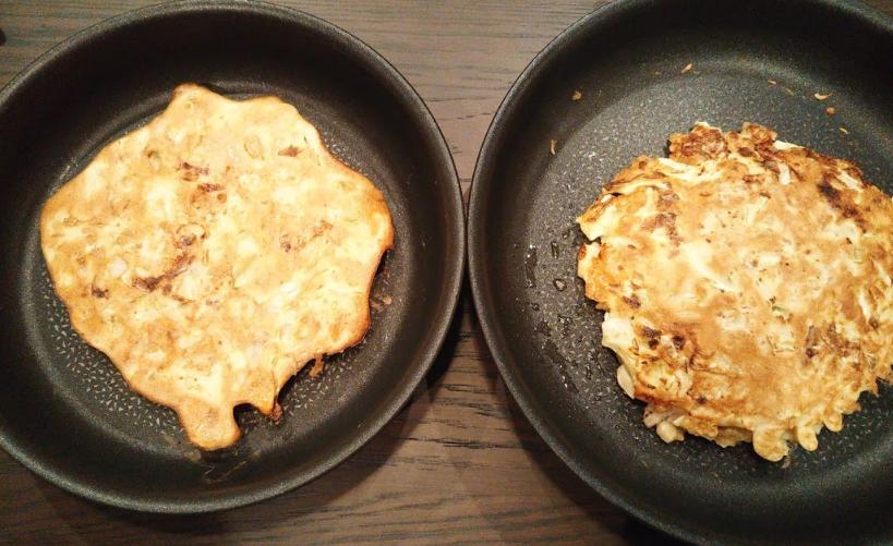 向かって左、ヘルシオで焼いたお好み焼き。 向かって右、フライパンで焼いたお好み焼き。